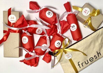 Innehållet i Fruesh cosmetics nyårskalender, med fina handpackade paket och en tygnecessär med en mysig överraskning i.